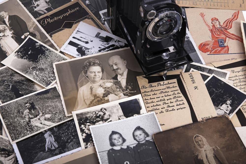 Alte Fotos und Dokumente ©  Sinnlichtarts, stock.adobe.com