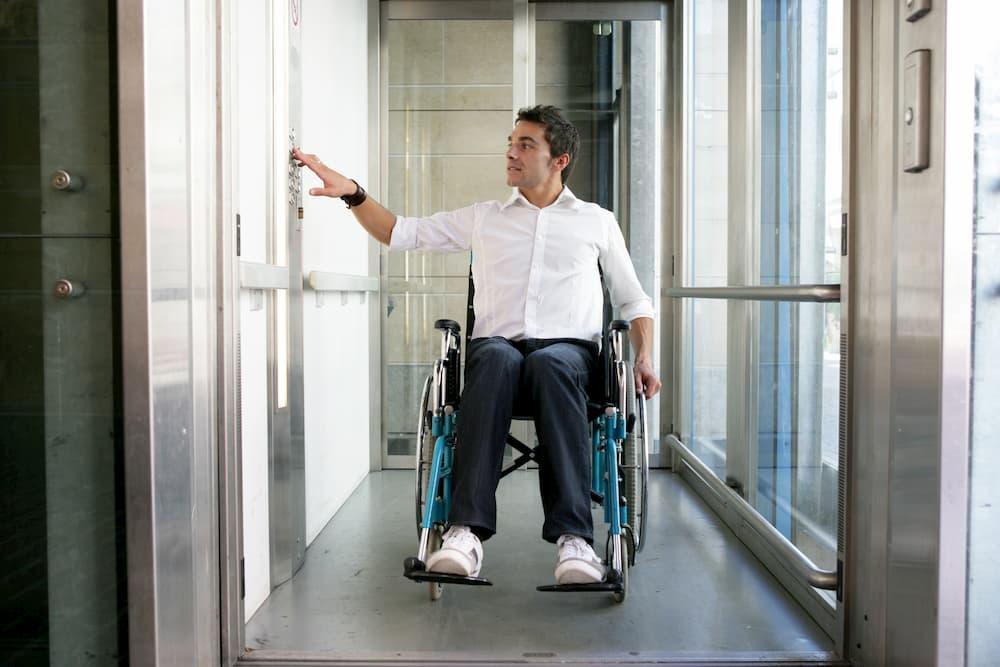Ein Segen für Rollstuhlfahrer: Ein Aufzug im Haus © Agence DER, stock.adobe.com