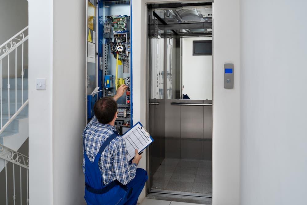 Ein Aufzug muss regelmäßig gewartet werden © Andrey Popov, stock.adobe.com
