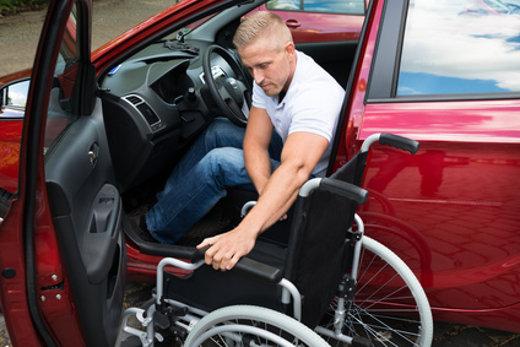 Auto fahren mit Handicap © Andrey Popov, fotolia.com