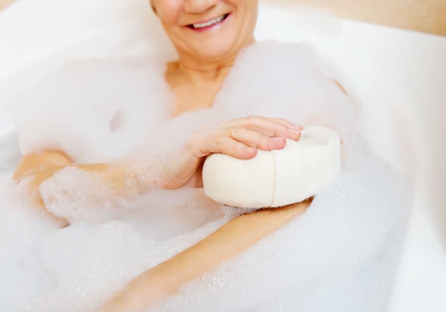Endlich wieder die Badewanne nutzen mit einem Badewannenlift © Piotr Marcinski, stock.adobe.com