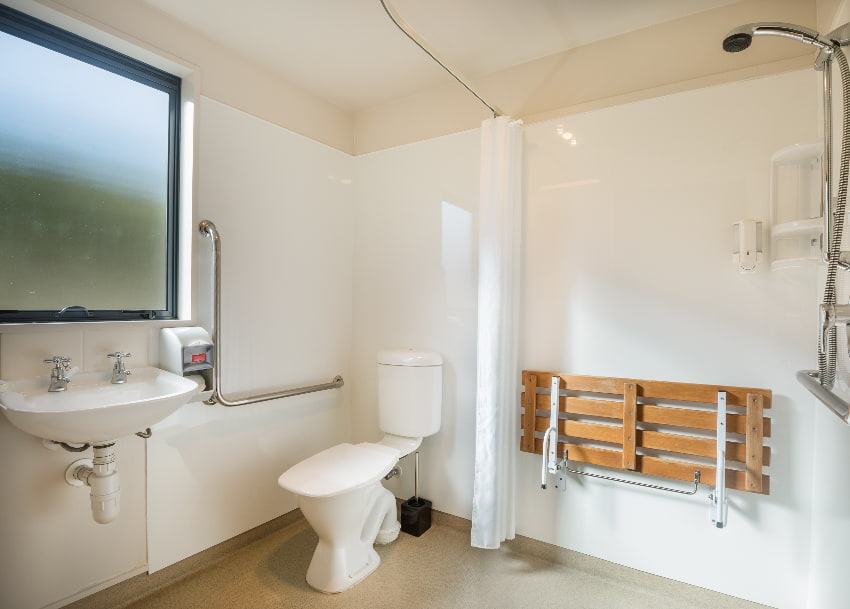 Badezimmer: Duschbereich mit Klappbank © naruedom, stock.adobe.com