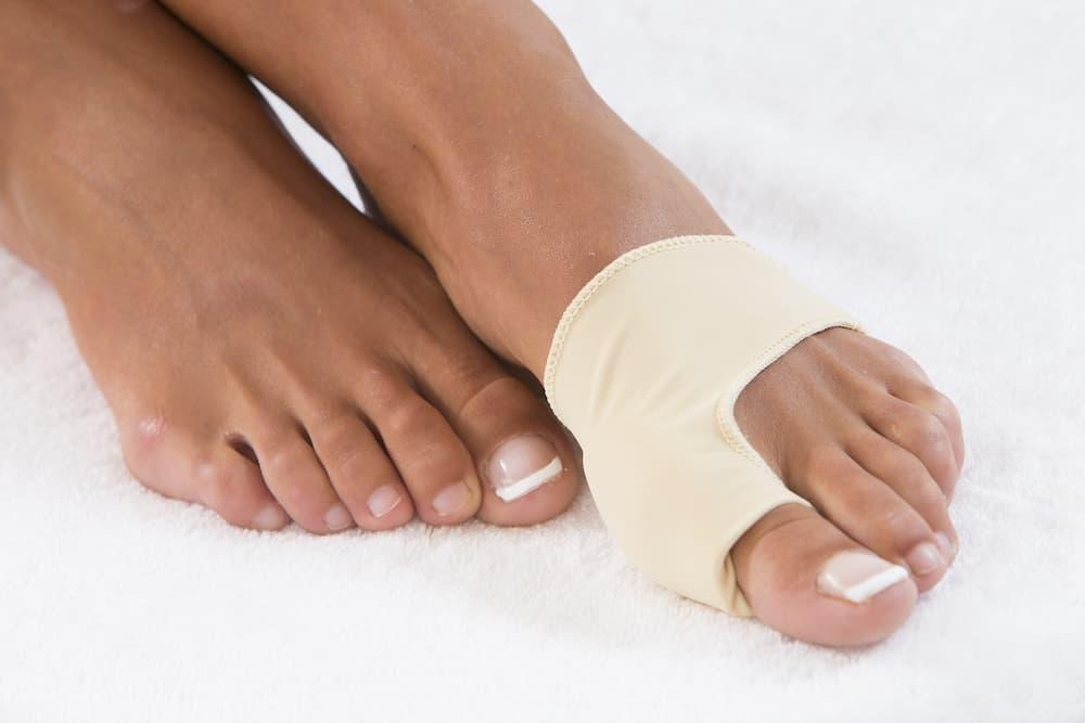 Bandage zur Begradigung des Großzehs bei Hallux valgus © JPC-PROD, stock.adobe.com