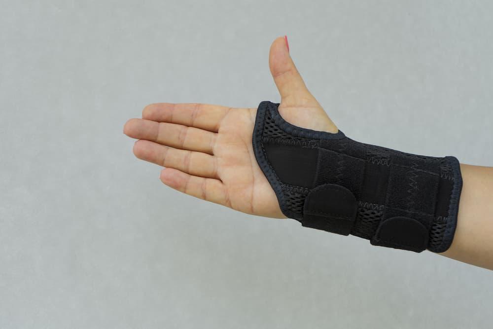 Bandage zur Fixierung von Handgelenk und Daumen © Aleksandr, stock.adobe.com