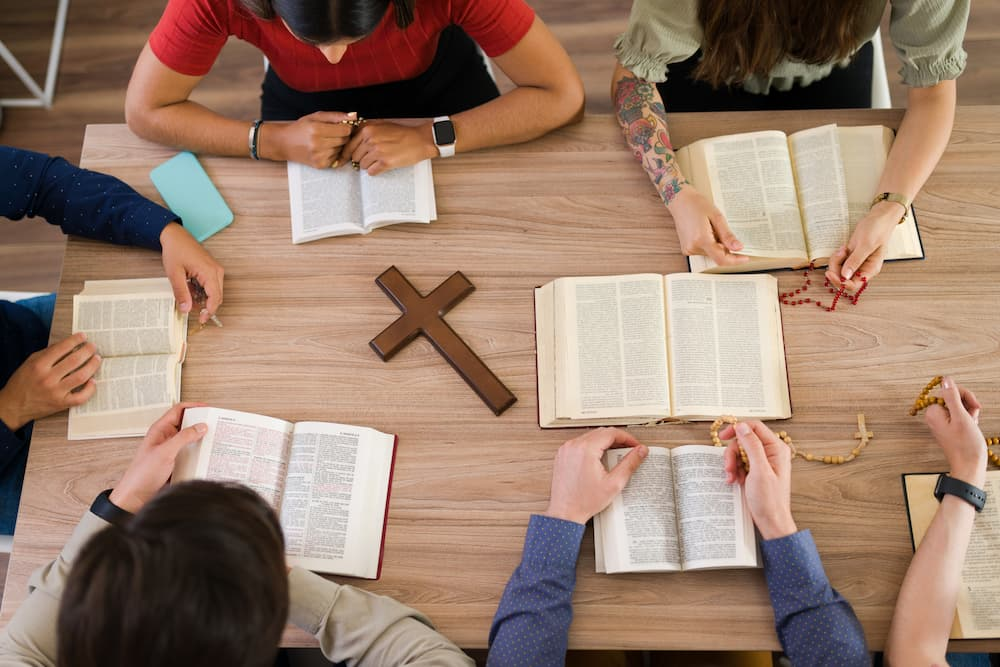 Ein Bibelkreis trägt zum Verstehen der heiligen Schrift bei © AntonioDiaz, stock.adobe.com
