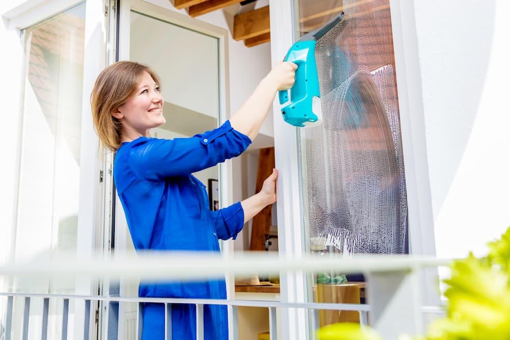 Fenstersauger im Einsatz © karepa, stock.adobe.com