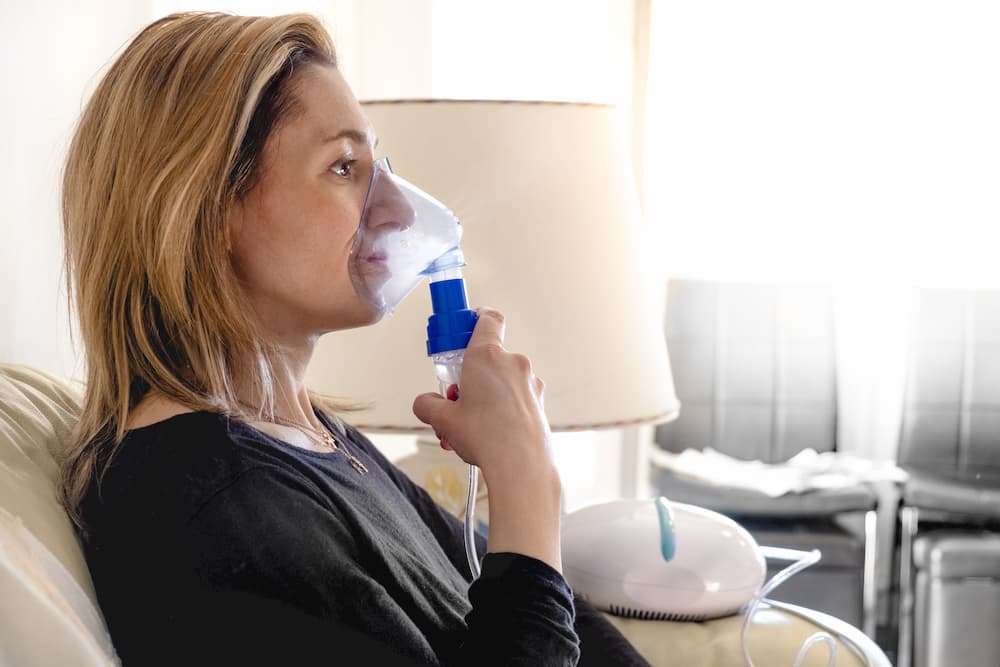 Frau nutzt Inhalationsgerät © Luca Lorenzelli, stock.adobe.com