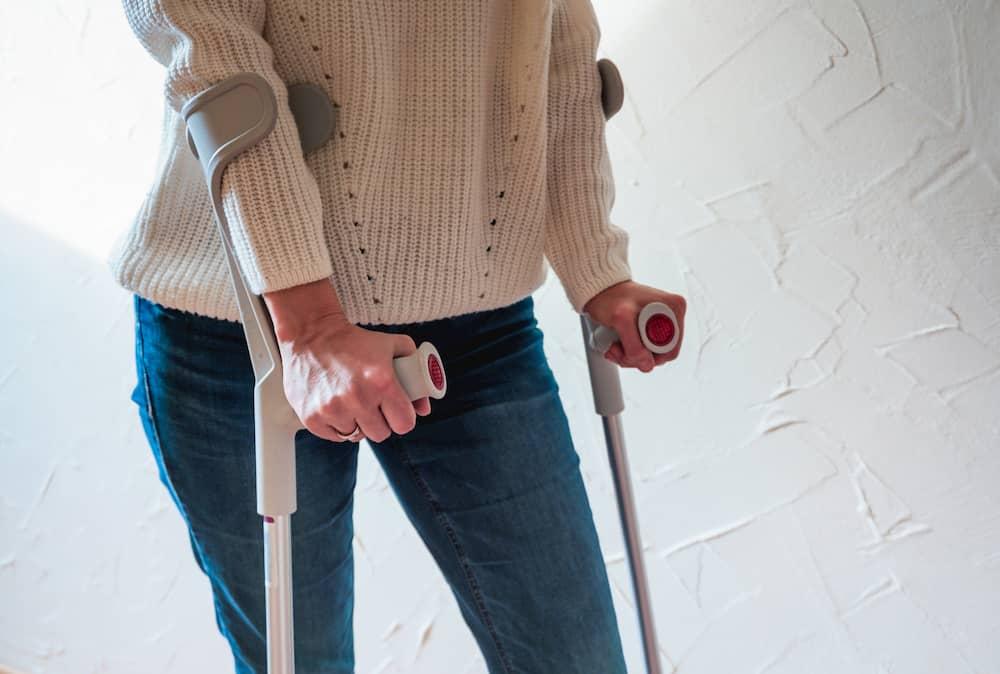 Frau mit Unterarmstützen © S. Amelie Walter, stock.adobe.com