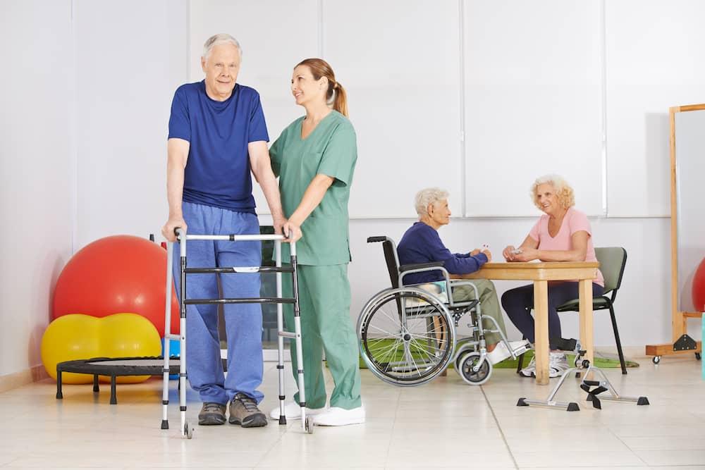 Senior mit Gehgestell bei Physiotherapie © Robert Kneschke, stock.adobe.com