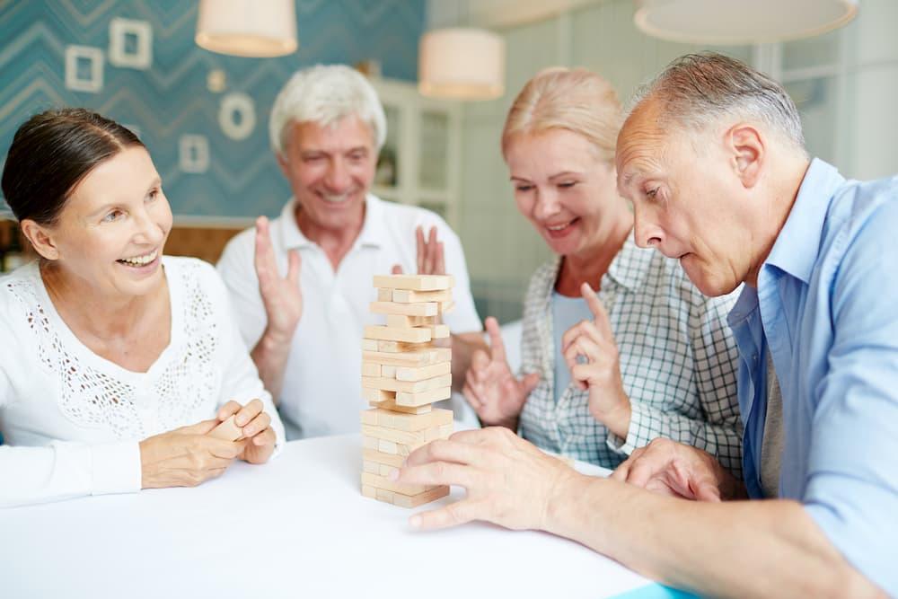Senioren beim Geschicklichkeitsspiel © pressmaster, stock.adobe.com