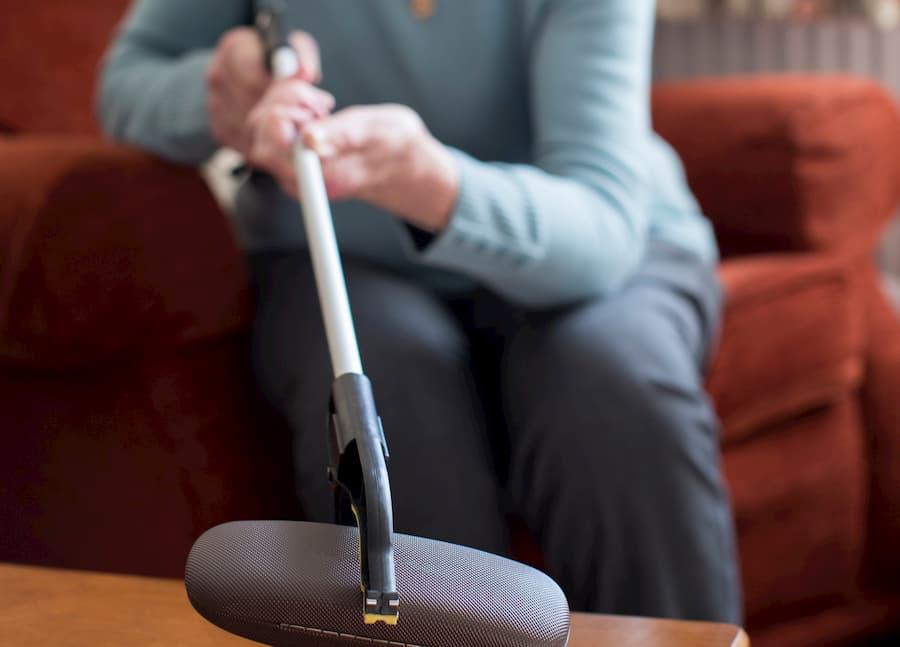 Seniorin nutzt Greifzange © Daisy Daisy, stock.adobe.com