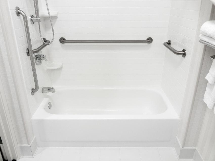 Haltegriffe in der Dusche © paulvelgos, stock.adobe.com