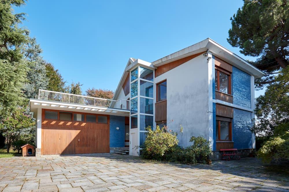 Haus mit Außenaufzug © andersphoto, stock.adobe.com