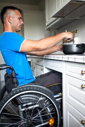 Rollstuhlfahrer in einer angepassten Küche © Jenny Sturm, fotolia.com
