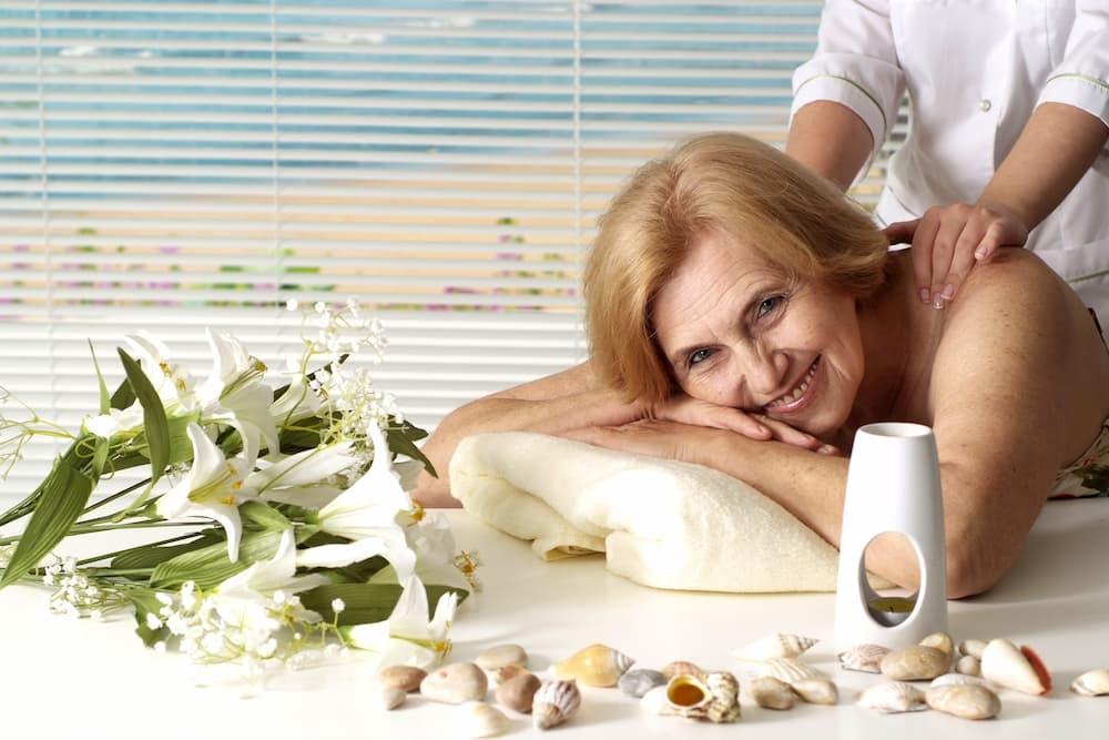 Seniorin bei einer Massage © aletia2011, stock.adobe.com