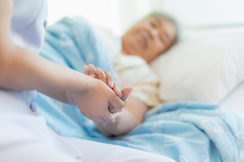 Seniorin im Bett wrd gepflegt © ake1150, stock.adobe.com
