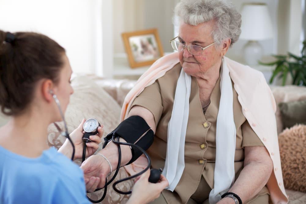 Pflegende misst den Blutdruck © Cherries, stock.adobe.com