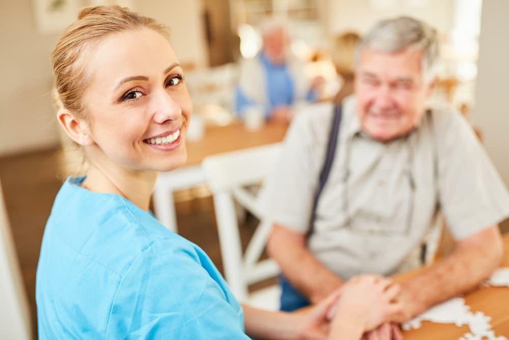 Pflegekraft tröstet Senior © Robert Kneschke, stock.adobe.com