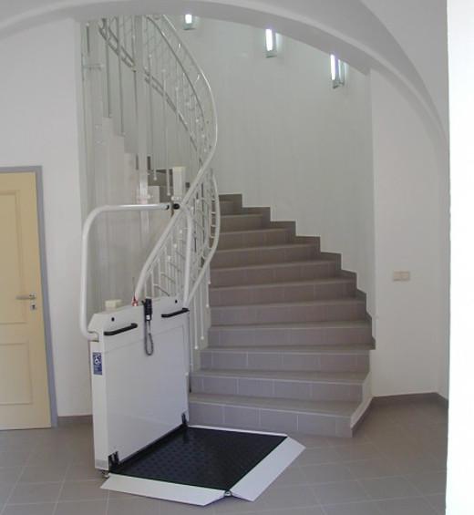 Plattformlift kurvige Treppe © thyssenkrupp Encasa