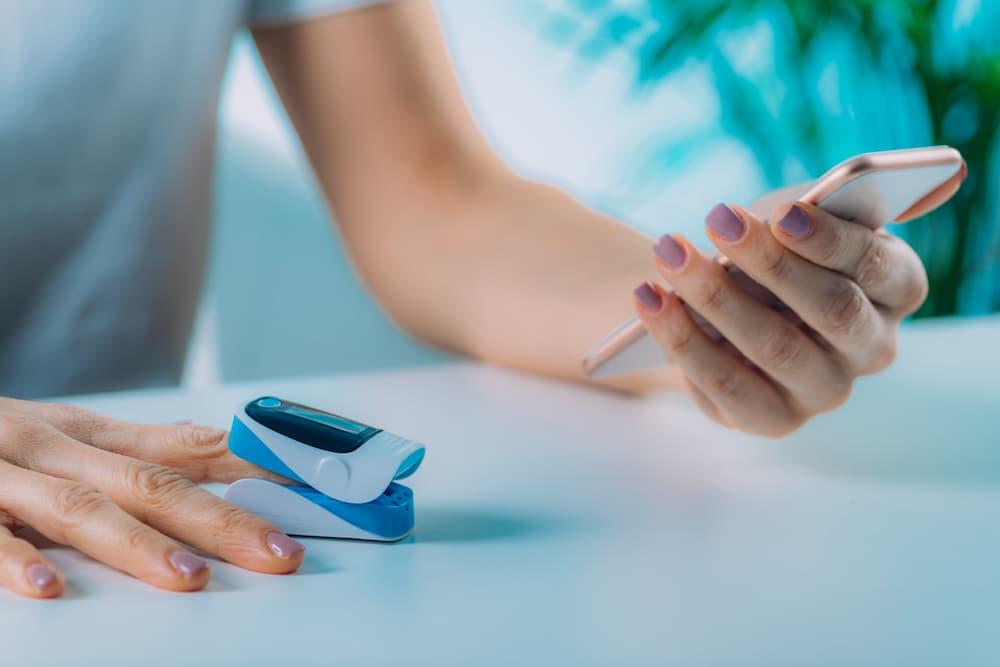 Pulsoximeter und Smartphone © Microgen, stock.adobe.com