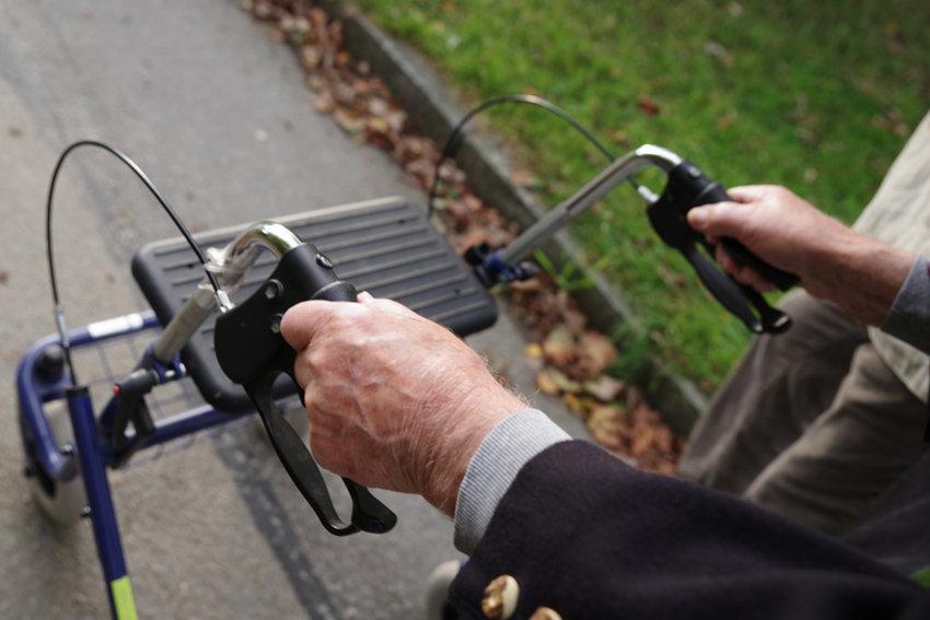 Rollator im Außeneinsatz © Wellnhofer Designs, fotolia.com