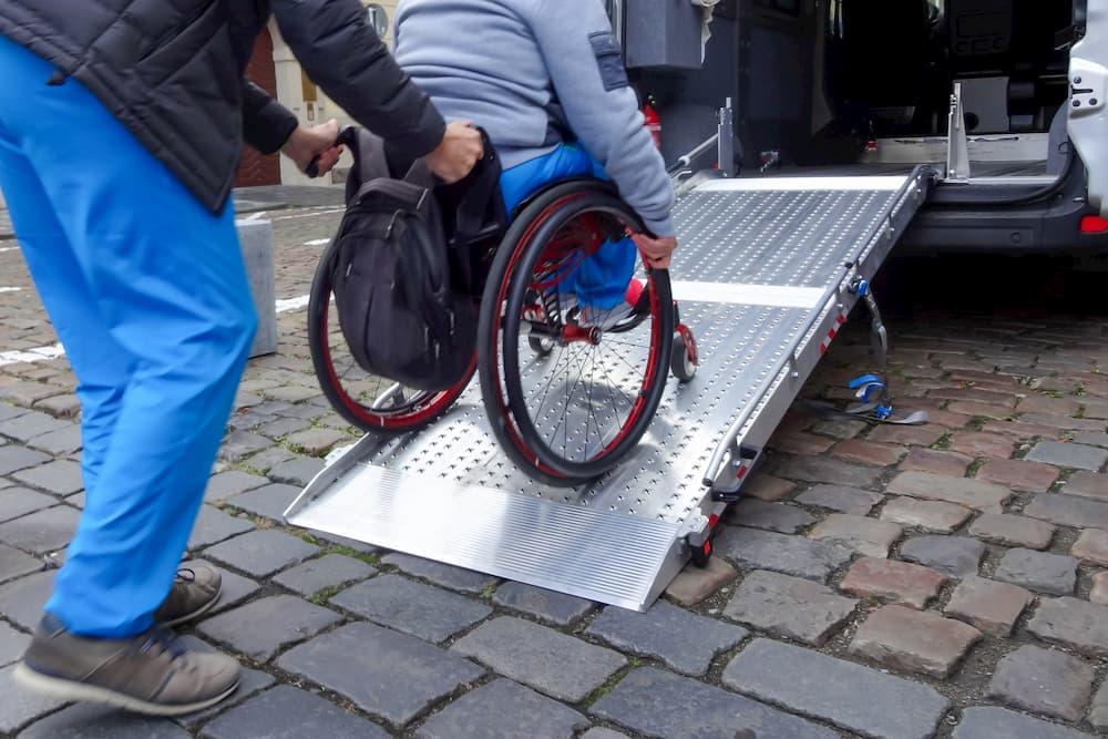 Rollstuhlrampe für das Auto © grejak, stock.adobe.com
