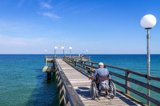 Rollstuhlfahrer im Urlaub am Meer © pure-life-pictures, fotolia.com