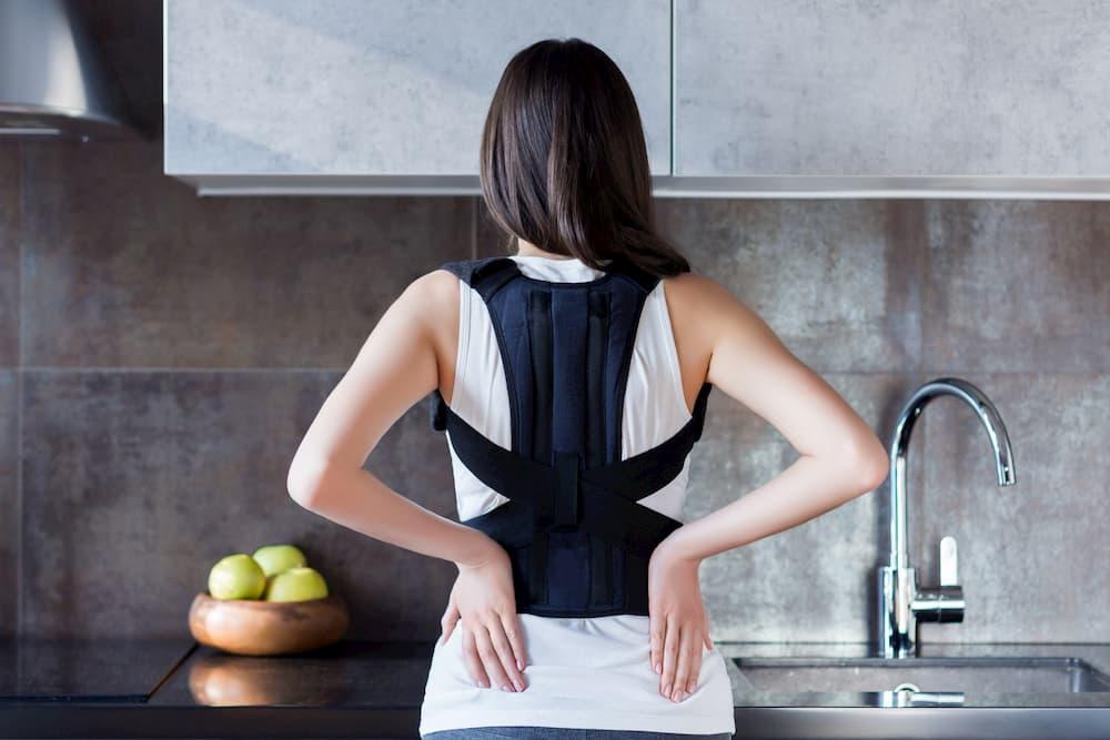 Ein Rückenstabilisator richtet die Wirbelsäule auf © Monstar Studio, stock.adobe.com