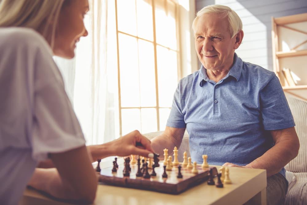Gesellschaftsspiele können bei der Seniorenbetreuung eingeplant werden © VadimGuzhva, stock.adobe.com
