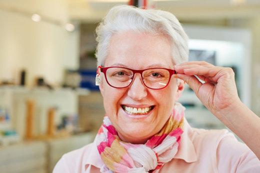 Lachende Seniorin mit einer neuen Brille © Robert Kneschke, fotolia.com