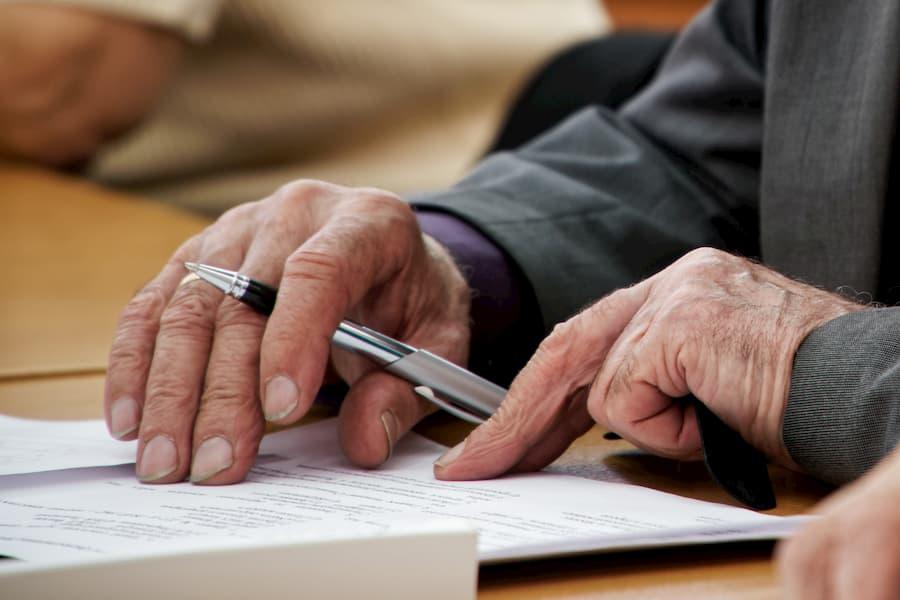 Senior beim Vertragsabschluss © slexp880, stock.adobe.com