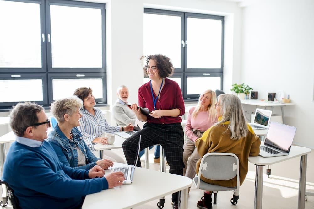 Senioren besuchen einen Bildungskurs © Halfpoint, stock.adobe.com
