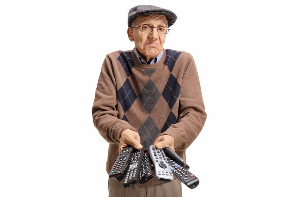 Zu viele Fernbedienungen sind oft verwirrend für Senioren © Ljupco Smokovski, stock.adobe.com