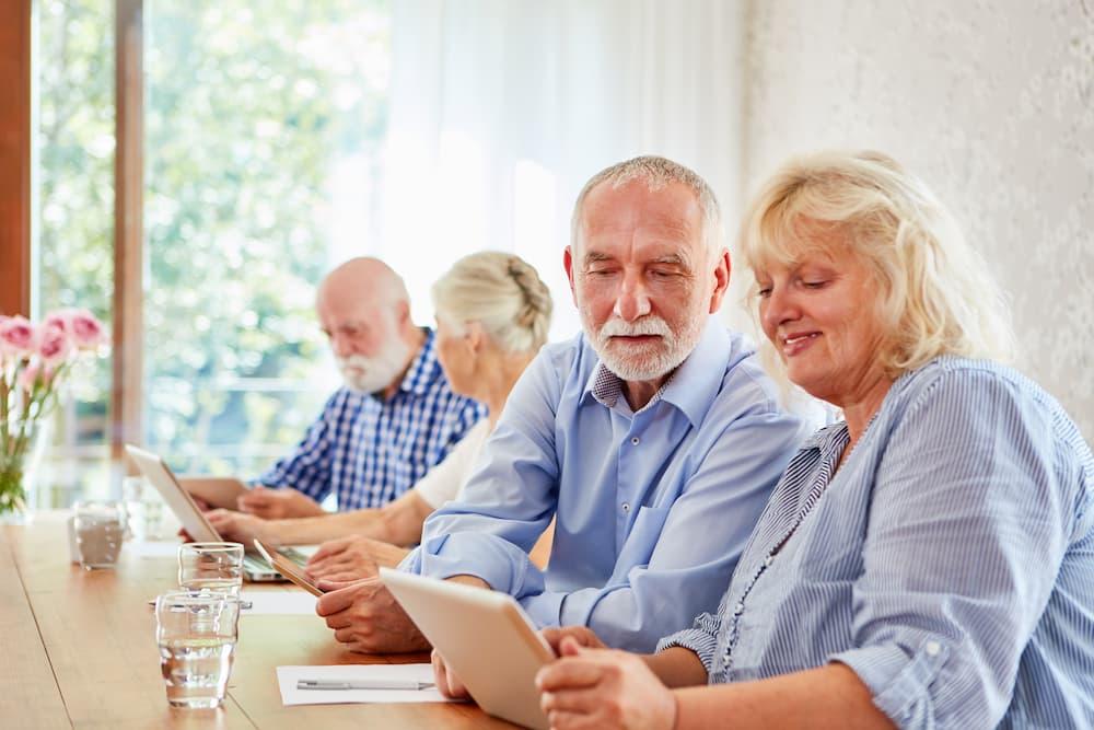 Senioren helfen sich beim Computerkurs ©  Robert Kneschke, stock.adobe.com