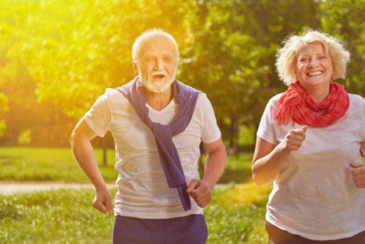 Glückliche Senioren beim Jogging im Park © Robert Kneschke, fotolia.com