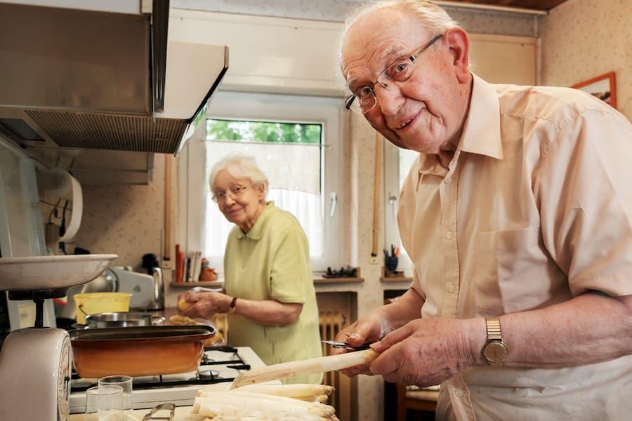 Senioren beim Kochen © Ingo Bartussek, stock.adobe.com