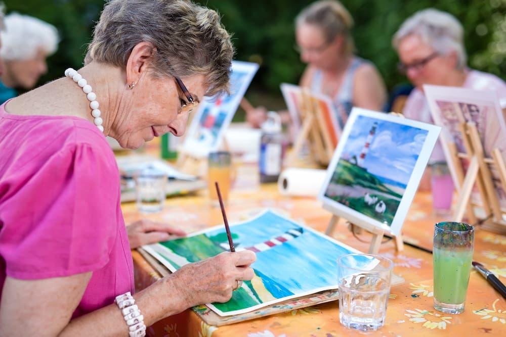 Senioren bei einem Malkurs © belahoche, stock.adobe.com
