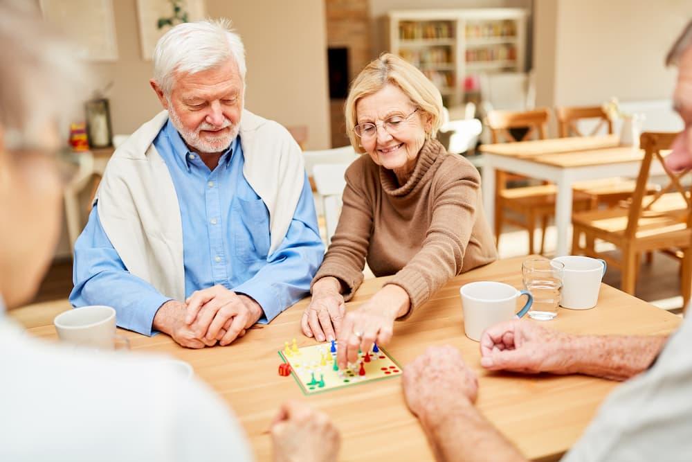 Senioren spielen ein Brettspiel © Robert Kneschke, stock.adobe.com