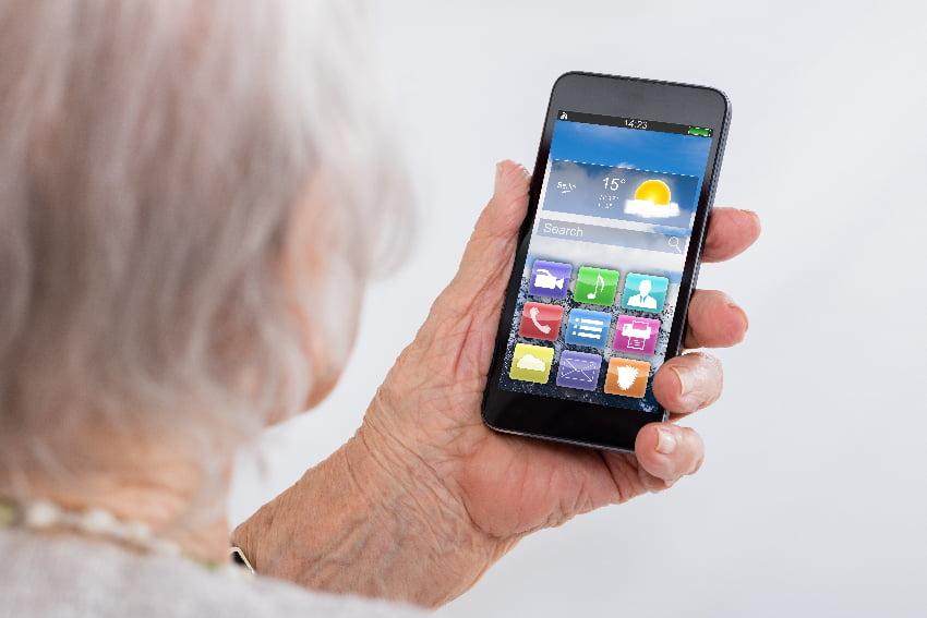 Senioren Smartphone © Andrey Popov, stock.adobe.com
