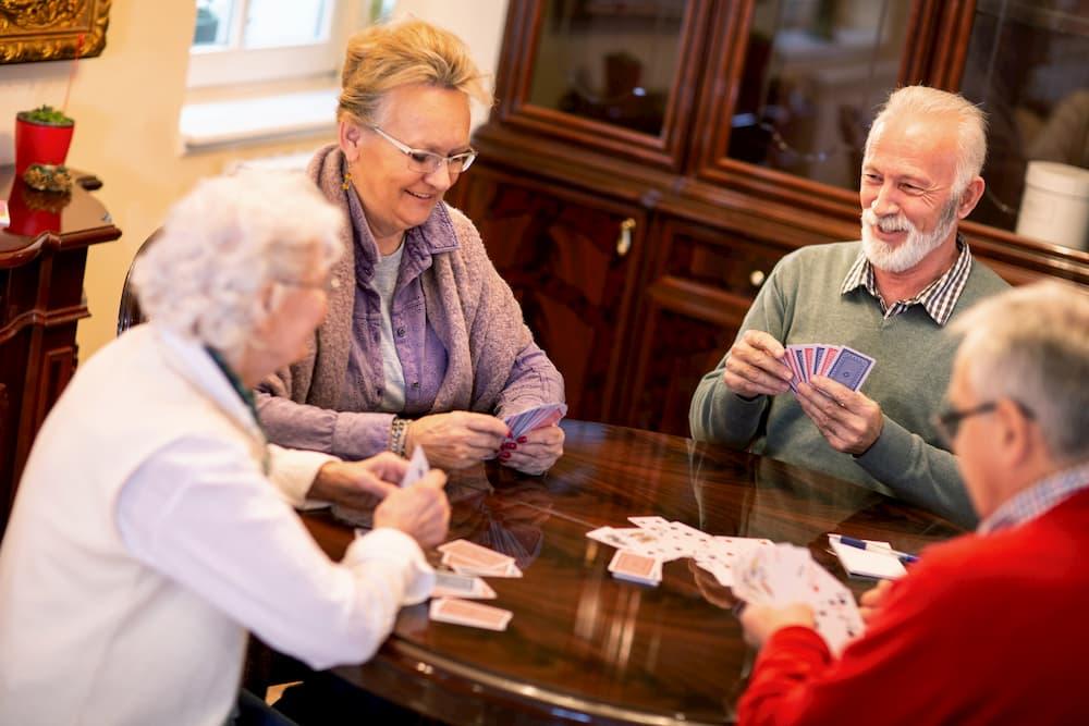Senioren spielen Karten © didesign, stock.adobe.com