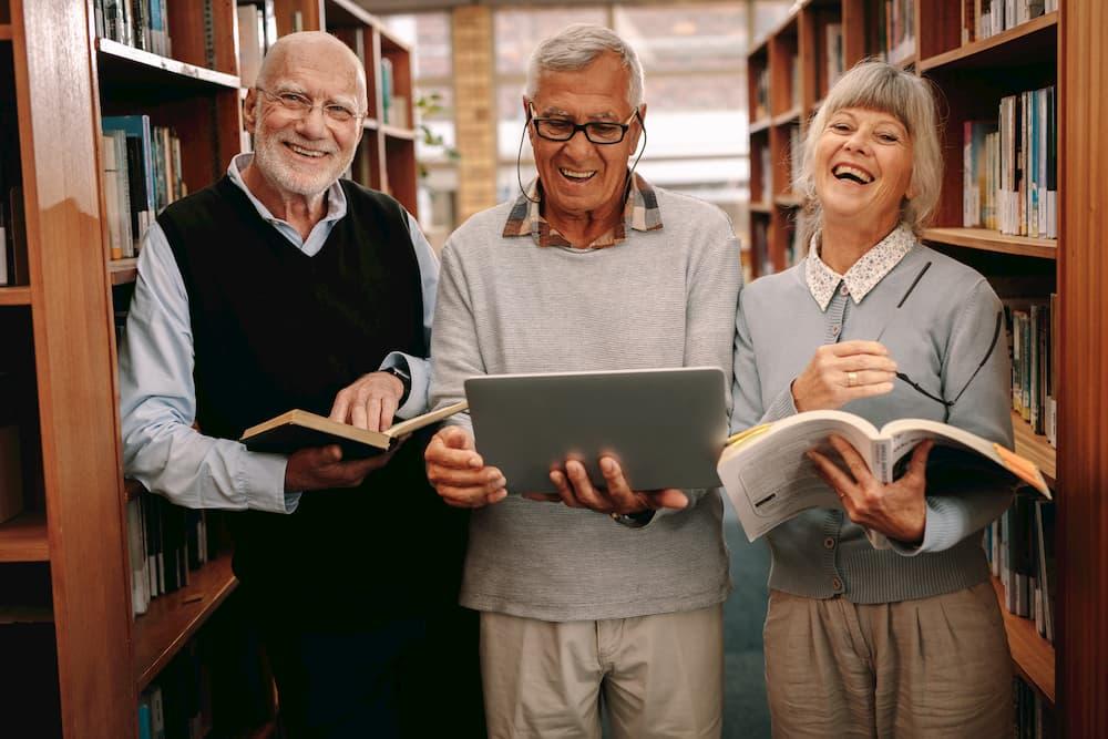 Senioren studieren gemeinsam in der Bibliothek © Jacob Lund, stock.adobe.com