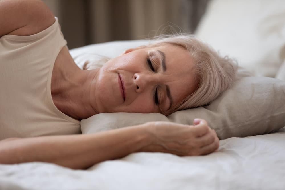 Seniorin schläft im Bett © fizkes, stock.adobe.com