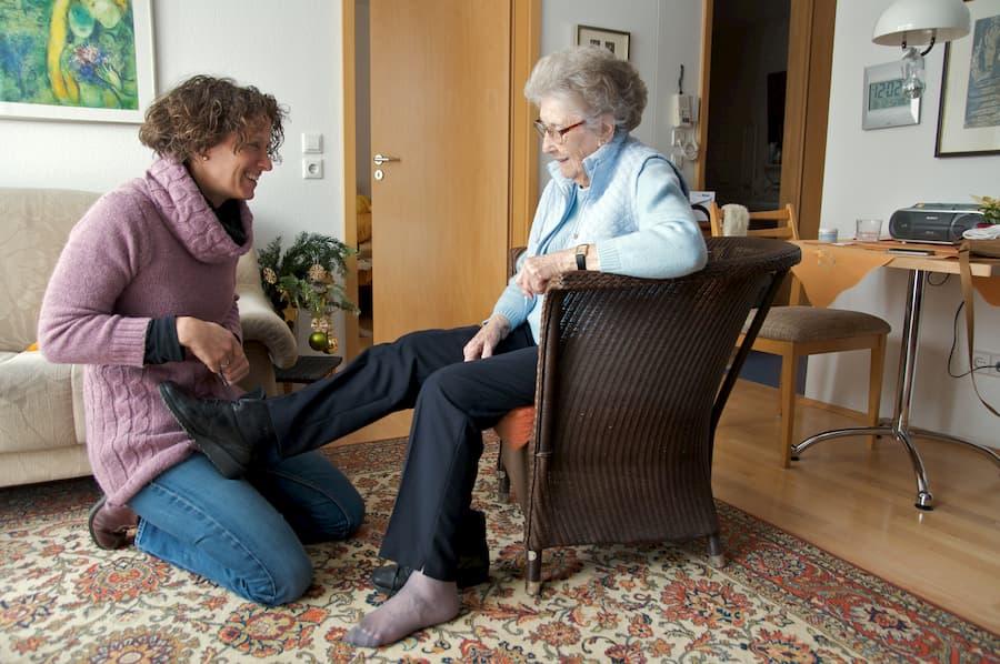 Seniorin braucht Hilfe beim Anziehen © Peter Maszlen, stock.adobe.com