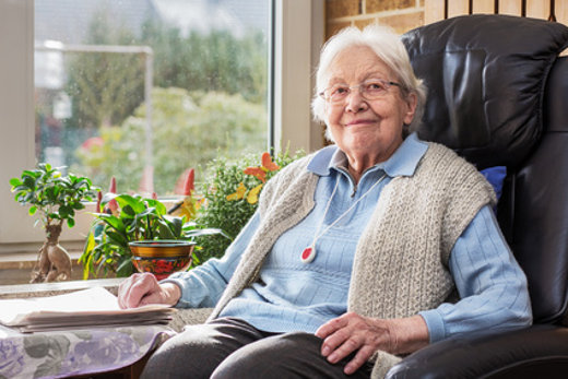 Seniorin mit Notrufsender © Ingo Bartussek, fotolia.com