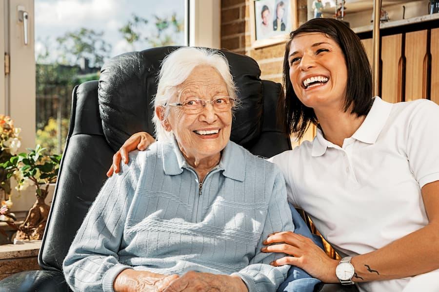Seniorin mit Pflegepersonal © Ingo Bartussek, stock.adobe.com