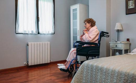 Seniorin im Rollstuhl © David Pereiras, fotolia.com