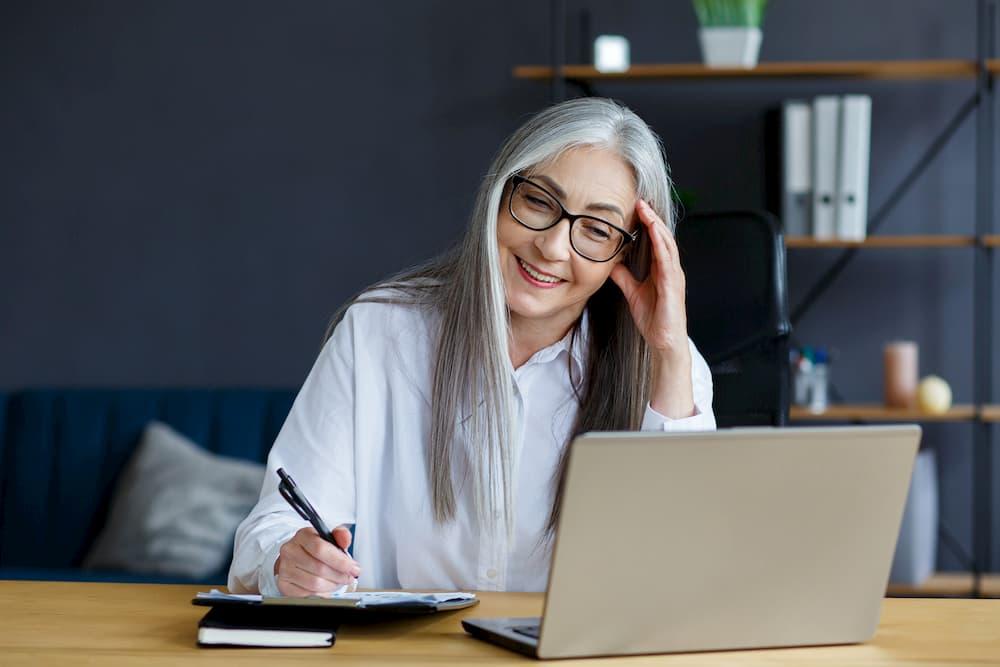 Seniorin studiert online am Laptop © YURII MASLAK, stock.adobe.com