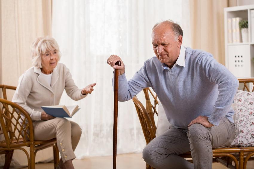 Aufstehen aus dem Sitzen: Hilsmittel können helfen © Photographee.eu, stock.adobe.com