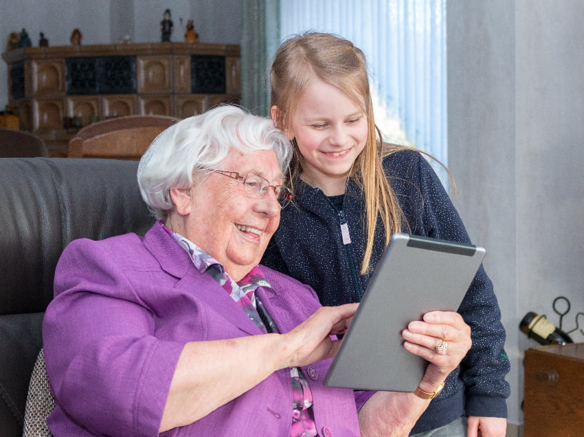 Seniorin Am Tablet © Markus Wegmann, stock.adobe.com