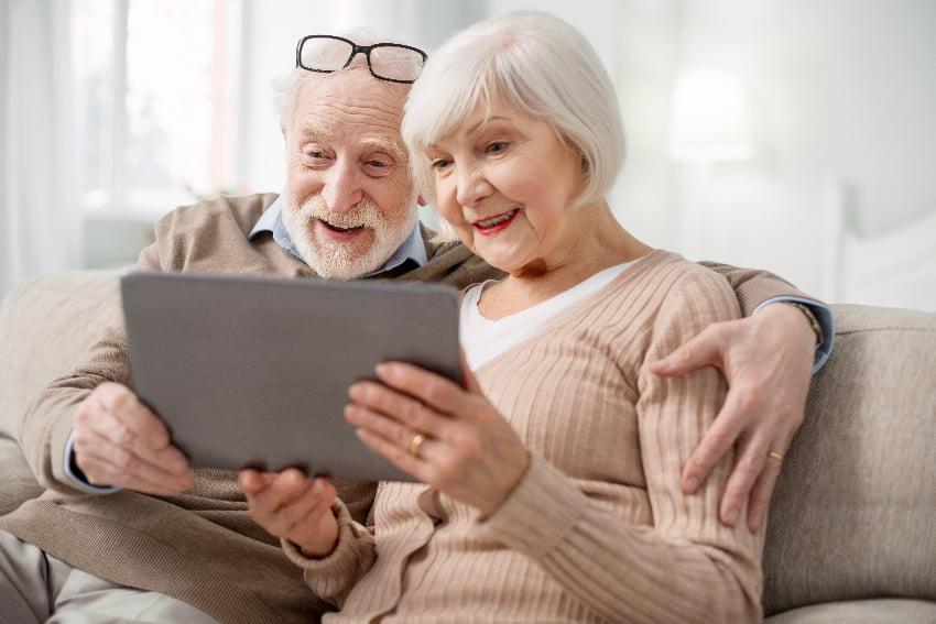 Senioren informieren sich am Tablet © Viacheslav Lakobchuk, stock.adobe.com